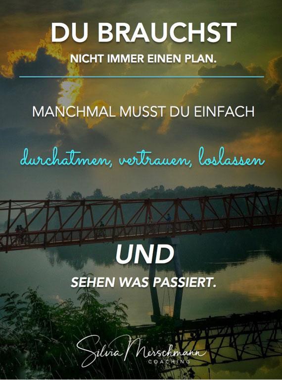 Hängebrücke über einem See. Bild mit Text.