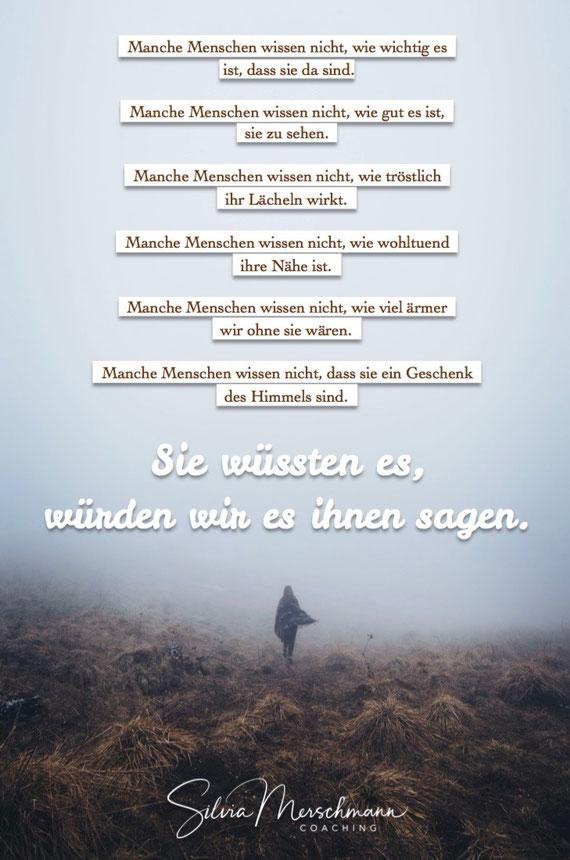 Frau im Nebel. Bild mit Text.