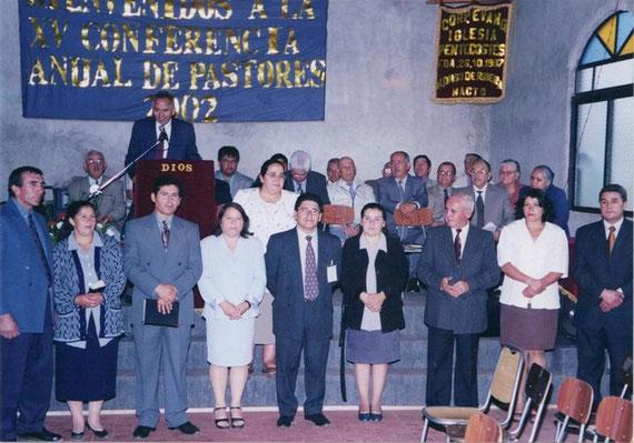 Ésta foto recuerda cosas importantes: 1. Que recién el 2002 estábamos inaugurando nuestro templo (sin la ampliación del 2008) 2. Estos son los Líderes de la época 3. Se encuentra el hermano Gregorio Ortega (goyito).