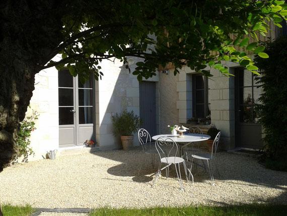 Nos deux chambres d'hôtes donnent sur le jardin, au centre ville de Bourgueil