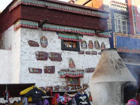 Les bruleurs d'encens devant le temple de Jokhang donnent une atmosphere particuliere a ce lieu