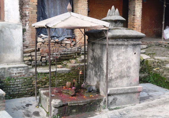 Un des nombreux petit autel hindu ou les gens viennent rapidement faire leur priere le matin. Ils se font ensuite le signe de la tikka (coloration rouge sur le front et quelques petales jaunes dans les cheveux)