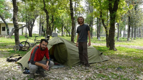 Notre superbe camping a Islamabad. Bon, question voisin on est pas trop genes..