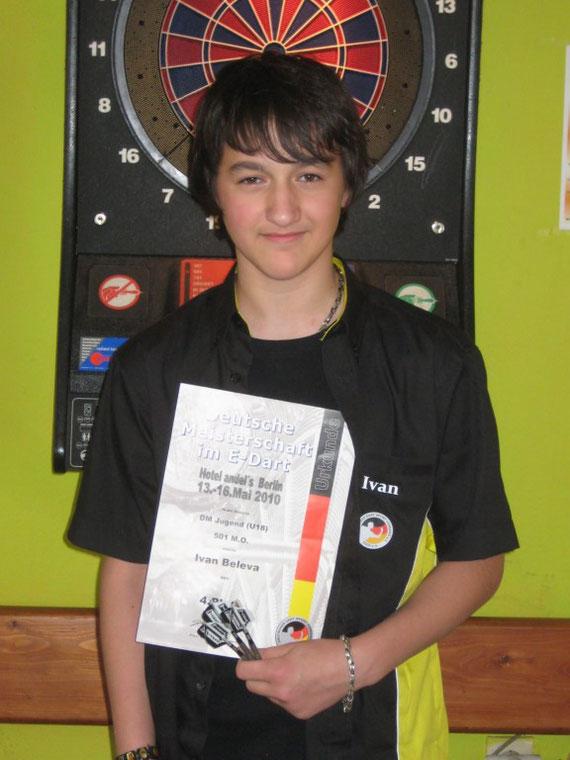 Ivan präsentiert stolz seine Urkunde
