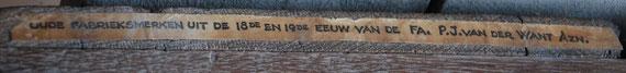 Plakker met tekst op de zijkant van de pijpendroogbak hierboven