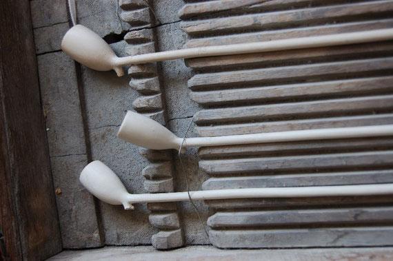 Houten pijpenbak ; hierin werden de nog natte, gekaste pijpen gelegd om te drogen alvorens ze de oven in gingen