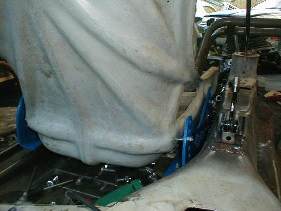 Anpassen der Sitzkonsolen, der Handbremse und der Schaltung für das Porsche- Getriebe.