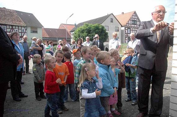 """Kurt-Wilhelm Nau, Vorsitzender des Wohrataler Sängerkreises, bringt die """"FELIX"""" Plakette an."""