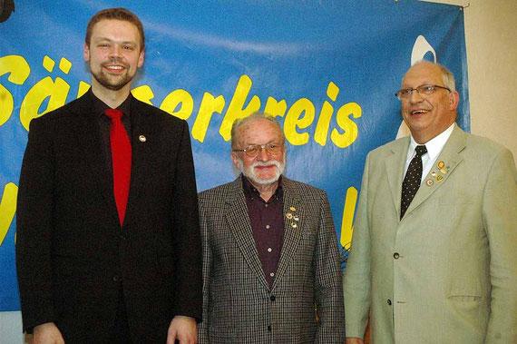 Sonderehrenzeichen in Gold mit Urkunde an, von links: Philipp Imhof stellv. Kreischorleiter und Ernst Stumpf stellv. Sängerkreiskassierer