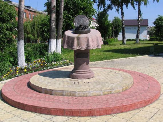 Это знаменитый памятник ШПРОТАМ, перед пам. старые  подковы как говорят аборигены, остались от Мюнхаузена  он по пути в С. Петербург у местного кузнеца  менял своей лошади подковы.