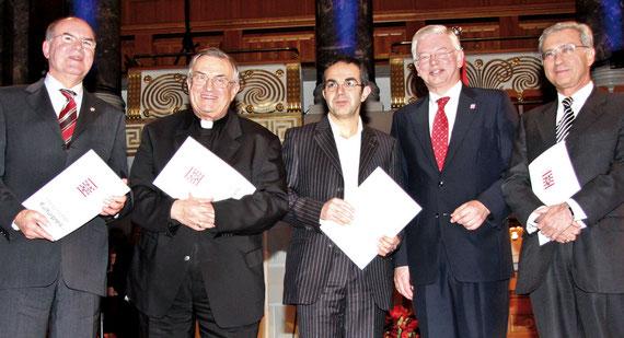 Erhielten den Hessischen Kulturpreis 2009: (v.l.) Peter Steinacker, Vertreter der Evangelischen Kirche, Kardinal Karl Lehmann, Schriftsteller Navid Kermani, Hessens Ministerpräsident Roland Koch und Salomon Korn.