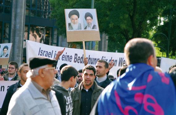 Auf der Al Quds Demonstration in Berlin werden Portraits iranischer Ayatollas gezeigt. Deutlich erkennbar ist die antiisraelische Haltung. Foto M. Schmidt