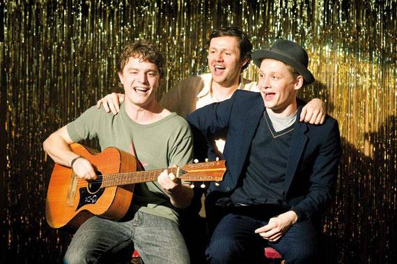Ihr Auftritt im Club ist ein voller Erfolg! Mischa (Friedrich Mücke), Andrej (Christian Friedel) und Wladimir (Matthias Schweighöfer) sind überglücklich.