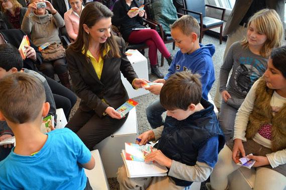Erste Pixi-Wissen-Bücher sind heute von Staatssekretärin Dr. von Klaeden an eine 3. Klasse der Grundschule Algermissen übergeben worden.