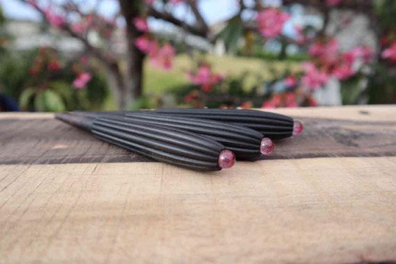 桜を背景にカフーカラクイ撮影、三線に取り付けると美しさがさらに際立ちます。