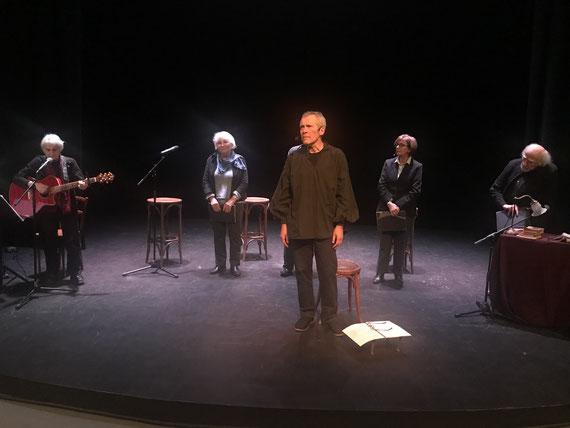 Merci à Jean-Yves Flaux pour la photo. De gauche à droite, Christian Oriol (guitare), Michèle Salen, Pierre Louvard, Aline Flaux et Daniel Le Sur.