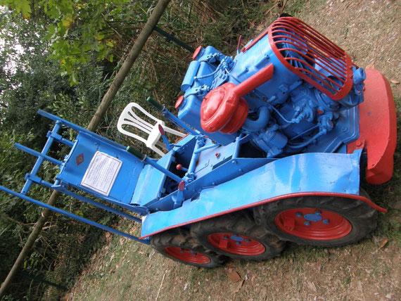 Tracteur Feral exposé par l'association LOU REC,au Pouget lors d'une manifestation agricole et équestre