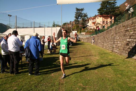 """Fabio Ruga vincitore del 2° trofeo """"Zoca de l'oli"""" mentre taglia il traguardo"""