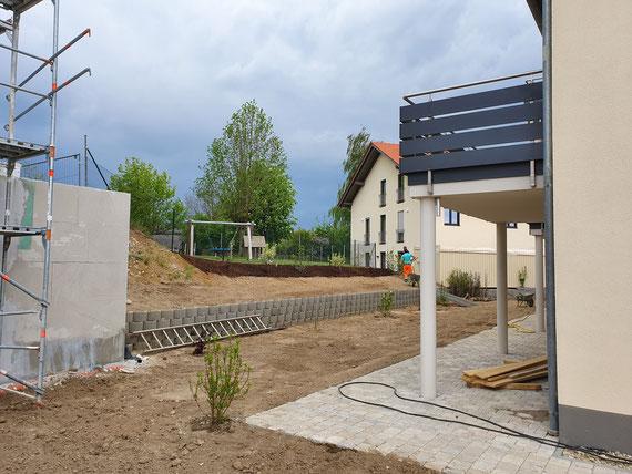 Die Außenanlagen kommen voran.