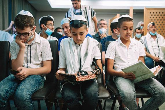 הנער וחבריו בתפילה | צילום בר מצווה במלון לאונרדו אשדוד
