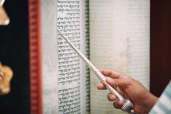 המצביע של ספר התורה | צילום בר מצווה בבית כנסת כפר סבא