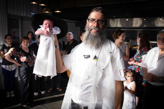 רב מחזיק את התינוק | צילום ברית מילה בלוק אירועים