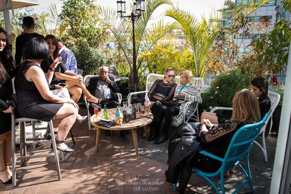 האורחים נהנים בגן | צמחיה בטוסקה אירועים