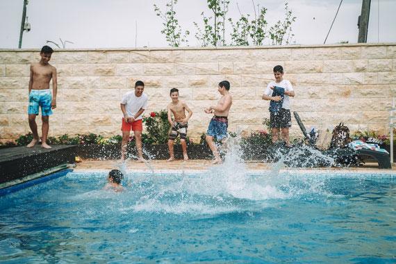 קפיצות למים והבלאגן | צילום אירוע בר מצווה מושקע במשמר השבעה