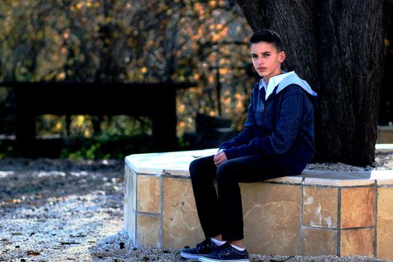 צילום הנער במתחם בית הכנסת העתיק במוצא