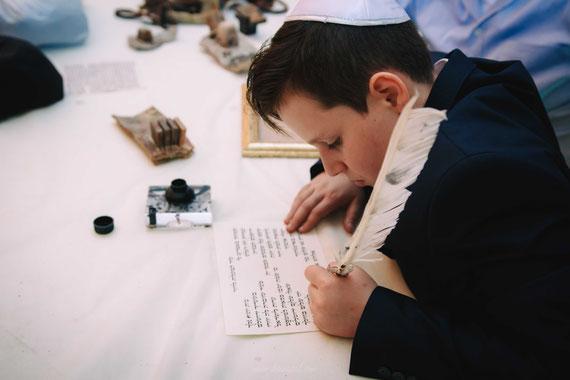 חתן בר המצווה כותב אותיות - טקס סופר סתם