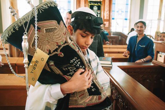 הנער והספר התורה | צילום עליה לתורה בבית כנסת הגדול ברחובות
