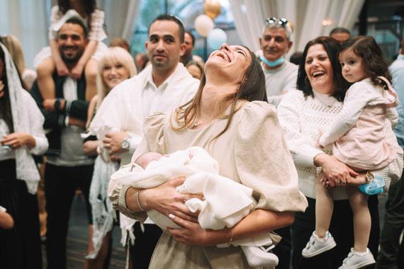 דודה מגישה את התינוק תוך כדי הצחוק | צילום ברית מילה