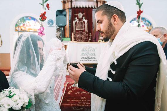 חתן משקה את הכלה | צילום חתונה בראשון לציון