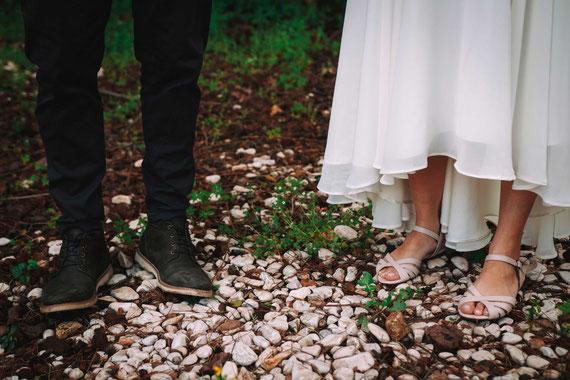 רגליהם של חתן והכלה על האדמה - שורשים