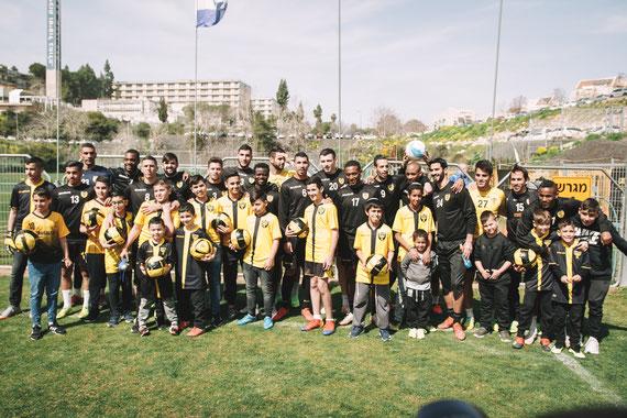 תמונה קבוצתית עם שחקני ביתר ירושלים | בוק בר מצווה בירושלים