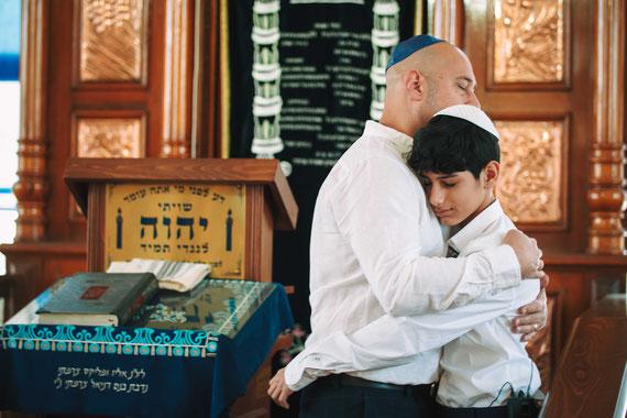 האב מחבק את בנו ליד היכל הקודש | צילום בר מצווה ברחובות