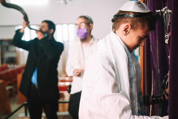 תקיעה בשופר בזמן התפילה של הנער - עלייה לתורה בקרית אונו