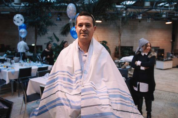 האב מתעטף בטלית | צילומי בטיק לברית בירושלים