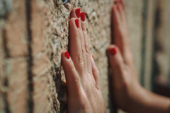 כלת בת המצווה מתפללת בכותל