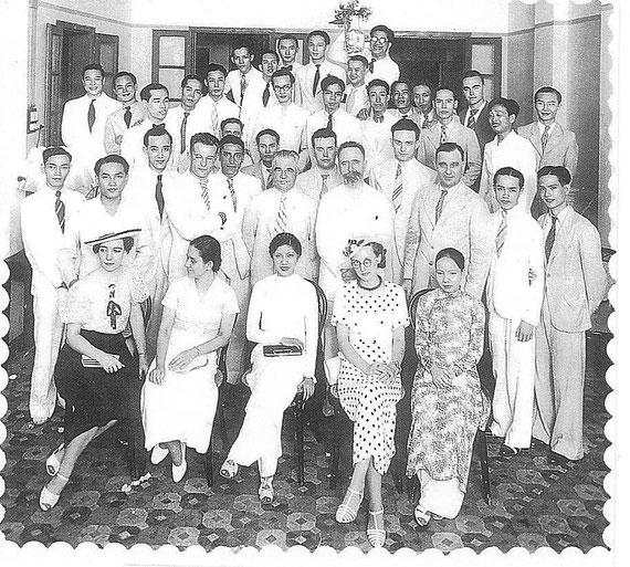 M. Autret, en 1936, au milieu de ses élèves en Toxicologie et Biochimie  à la Faculté de Médecine et Pharmacie de Hanoï