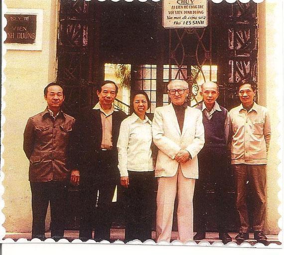 Devant l'Institut Pasteur de Hanoi, 1984 de gauche à droite:  Le Pr Koy, Directeur de la Santé le Pr Tu Giay, Directeur du N.I.N Mme Than, du Ministère de la Santé le Pr.  Marcel Autret M Nguyen Van