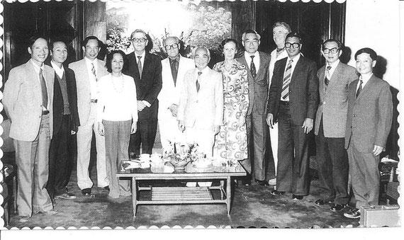 Lors de l'inauguration de la Bibliothèque du N.I.N. (1992)  l'équipe de l'Institut de Nutrition de Hanoi entoure: le Directeur, le Pr Tu Giay, (3° à partir de la gauche) le Président du CNRST, Gl Gia