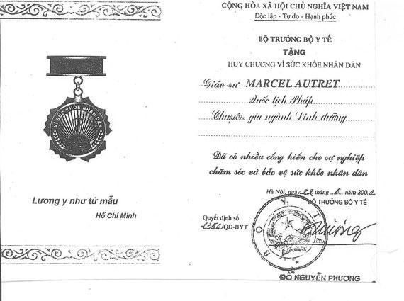 Diplôme de la Médaille «For People's Health» décernée au Pr. Marcel Autret par le Ministre de la Santé, Hanoi, Vietnam, juillet 2001