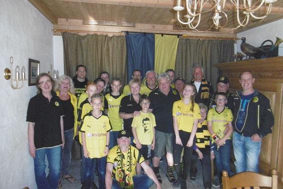 Nach der Generalversammlung stellen sich die Dortmunder Borussen-Fans dem Fotografen (Foto: Simon Demerling)