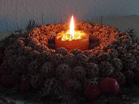 für das räucher-ritual stellt man in jedem raum, den man ausräuchern möchte, eine kerze auf