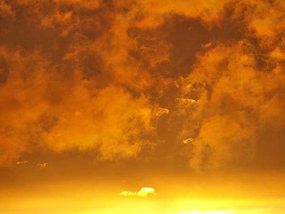 Sonnenuntergang am nachtblauen Himmel auf der Schwäbischen Alb