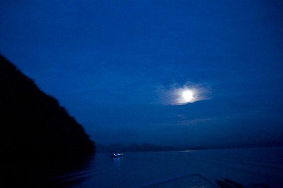 朝3時半船出の姫鱒釣りです。月の光が湖面に映って何ともいえない風情です。