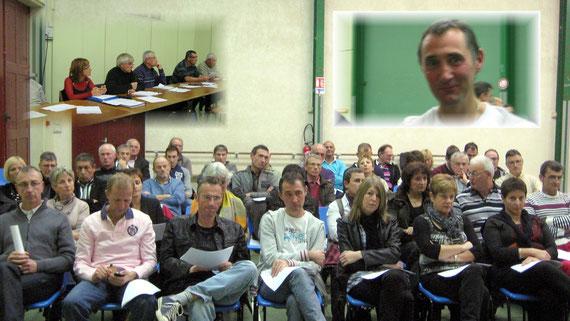 La salle est attentive aux propos tenus par les membres dirigeants; en haut à droite Didier Birou retrouve sa place dans le Bureau du Club à la satisfaction de tous...