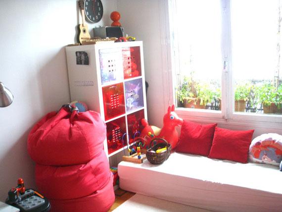 赤を基調にしたビビッドだけどシンプルな空間。おかたづけは引き出しに入れるだけでカンタン