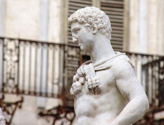 Cette gigantesque œuvre du XVI siècle vient d'être restaurée. Décorée de nymphes et de dieux nus, cette fontaine choqua tant les religieuses de la ville qu'elles en martelèrent les nez, n'osant s'en prendre aux sexes…